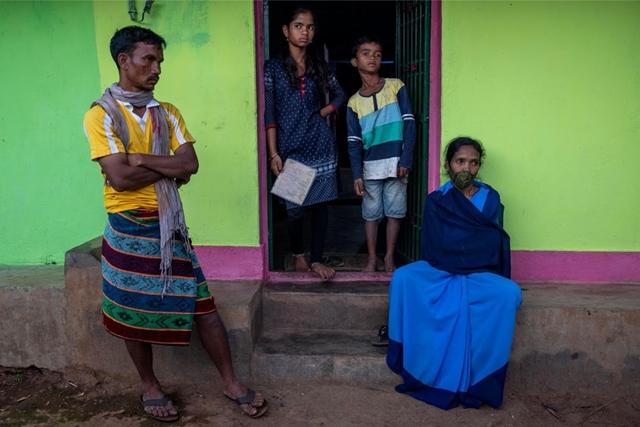 Jani (ngoài cùng, bên phải) và gia đình cô tại ngôi nhà của họ. Ảnh: Reuters.