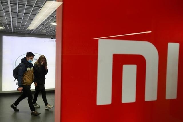 Khách hàng đi qua cửa hàng của Xiaomi tại Ukraine tháng 10/2020. Ảnh: Reuters