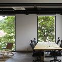<p> Tòa nhà mang lại cảm giác sâu đậm về lối sống của làng quê với cây cối, sân vườn...</p>