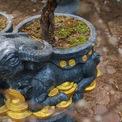 <p> Mỗi chậu đào đúc bằng xi măng trộn với thạch cao, quét sơn chống gỉ, nặng khoảng 60 kg, chiều dài 80-100 cm, chiều rộng 40-60 cm, riêng chậu khoảng 30 kg. Giá trung bình một sản phẩm từ 2,5-3 triệu đồng.</p>