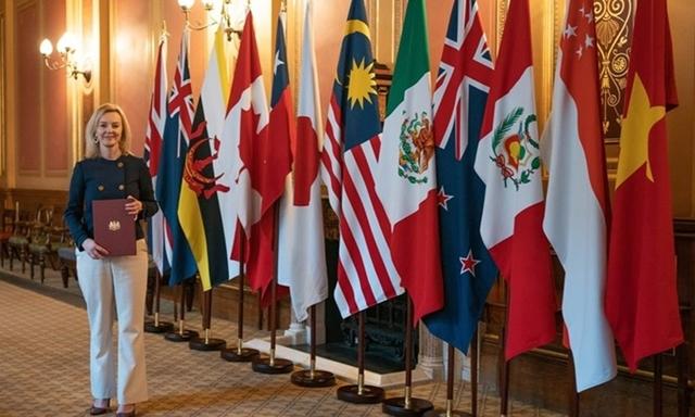 Bộ trưởng Thương mại Anh Liz Truss cầm trên tay tài liệu gia nhập CPTPP hôm 30/1. Ảnh: Nikkei.