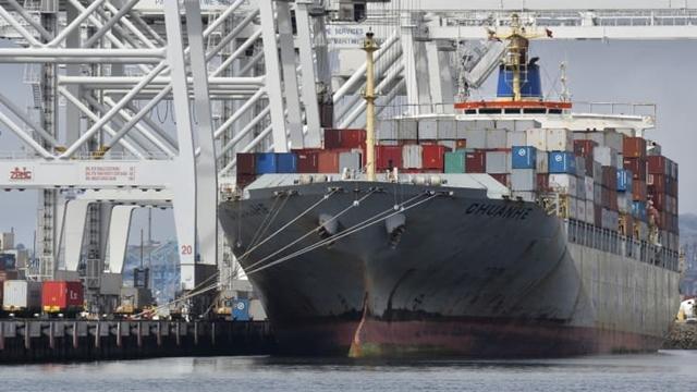 Tàu chở hàng tại cảng Long Beach, bang California.