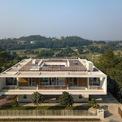 <p> Ngôi nhà được thiết kế 3 tầng, thấp dần về phía thung lũng, có hình khối kiến trúc đơn giản với 3 khối hộp vuông vắn đặt chồng lên nhau.</p>