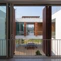 <p> Tầng trệt được thiết kế mở, là nơi để ngồi, uống trà, thư giãn và cảm nhận những khoảnh khắc thay đổi của thời tiết, cảnh vật, nắng mưa.</p>