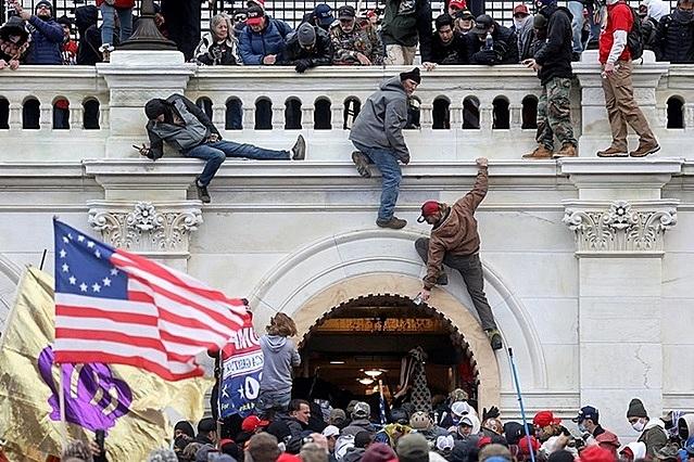 Đám đông ủng hộ Trump gây bạo loạn tại tòa nhà quốc hội ở thủ đô Washington hôm 6/1. Ảnh: Reuters.