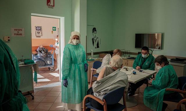 Cư dân viện dưỡng lão chuẩn bị được tiêm vaccine Covid-19 ở Pisa, Italy tuần trước. Ảnh: Zuma Press.