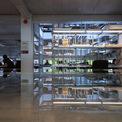 <p> Một thư viện mở được bố trí ngay phía sau không gian làm việc của mỗi kiến trúc sư, các mô hình vật lý và bảng vật liệu được lựa chọn cẩn thận, sắp xếp hợp lý thành một không gian sinh động.</p>