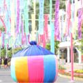 <p> Bên cạnh không gian Tết Việt, đường xuân còn có sự góp mặt của các hình ảnh đặc trưng ngày Tết của các quốc gia khác nhau trong khu vực nhằm mang lại sắc xuân cho cộng đồng người nước ngoài đang sinh sống ở Việt Nam.</p>