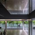 <p> Kết hợp với ô thoáng là ô cửa sổ đúc, không chỉ tạo chức năng che nắng giảm ánh nắng trực tiếp mà còn tạo không gian làm việc nhân đôi cho mỗi kiến trúc sư.</p>