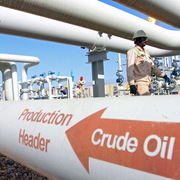 Giá dầu tăng nhờ số liệu kinh tế lạc quan, vàng giảm sâu