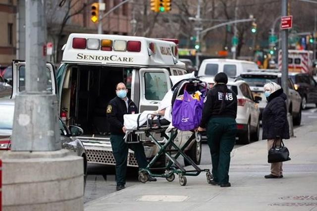 Nhân viên y tế chuyển bệnh nhân COVID-19 tới trung tâm y tế NYU Langone ở New York, Mỹ, ngày 8/1/2021. (Ảnh: THX/ TTXVN)