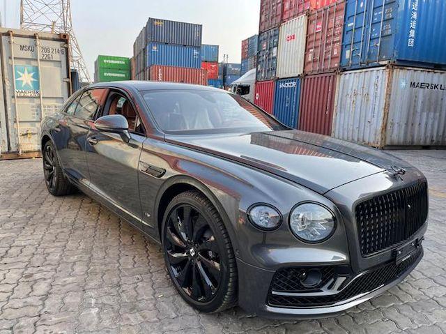 Bentley Flying Spur First Edition nhập khẩu tư nhân có màu sơn thể thao.