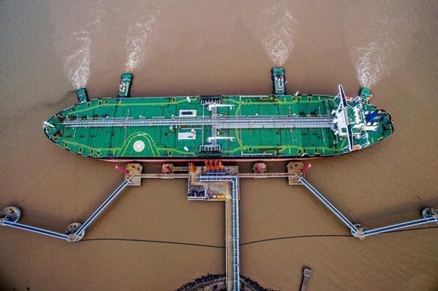 Một tàu chứa dầu đang dỡ hàng tại Chu San (Trung Quốc). Ảnh: Reuters