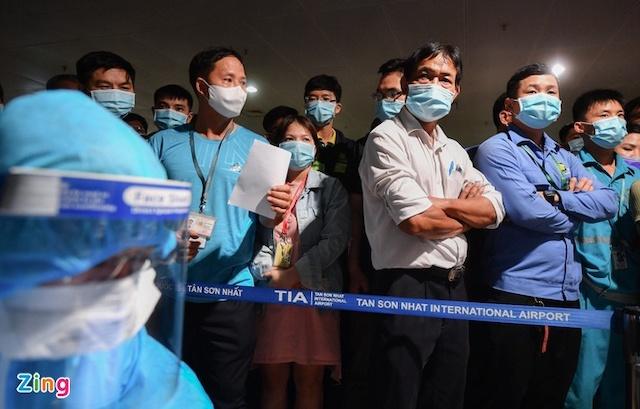 Hơn 1.000 nhân viên sân bay Tân Sơn Nhất được lấy mẫu xét nghiệm trong đêm 6/2.