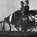 """<p class=""""Normal""""> <strong>Mercedes-Benz (1886)</strong></p> <p class=""""Normal""""> Karl Benz chế tạo chiếc ôtô đầu tiên vào năm 1885 và ông được cấp bằng sáng chế vào tháng 1/1886. Tuy nhiên đến năm 1901, cái tên Mercedes mới được sử dụng. Chiếc xe đầu tiên đó (tên là Patent Motorwagen) chỉ có 3 bánh, được trang bị động cơ dung tích 954cc, công suất 0,75 mã lực. Năm 1893, Benz chế tạo chiếc xe 4 bánh đầu tiên mang tên Viktoria, chạy bằng động cơ dung tích 1.745cc, công suất 3 mã lực.</p>"""