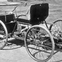 """<p class=""""Normal""""> <strong>Peugeot (1891)</strong></p> <p class=""""Normal""""> Năm 1842, Peugeot bắt đầu sản xuất máy xay muối và hạt tiêu trước khi chuyển sang sản xuất xe đạp 40 năm sau đó. Đến năm 1891, Peugeot chế tạo chiếc xe hơi đầu tiên của hãng, một cỗ máy 4 bánh với động cơ V-twin, dẫn động cầu sau. Năm đầu tiên chỉ có 5 chiếc được sản xuất, nhưng con số này đã tăng lên 29 chiếc vào năm 1892. Đến năm 1900, sản lượng của Peugeot tăng lên 500 chiếc.</p>"""