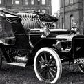 """<p class=""""Normal""""> <strong>Cadillac (1902)</strong></p> <p class=""""Normal""""> Năm 1902, công ty Cadillac được Henry Leland thành lập với mục đích sản xuất những chiếc xe giá cả phải chăng, phù hợp với số đông. Sản phẩm đầu tiên mà hãng xe này chế tạo là chiếc Runabout (Model A), sau đó được nâng cấp vào năm 1904 để trở thành Model B. Cả 2 mẫu xe ban đầu đều được trang bị động cơ xi-lanh đơn, dung tích 1.609cc, công suất 10 mã lực gắn dưới ghế sau.</p>"""