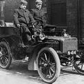 """<p class=""""Normal""""> <strong>Rolls-Royce (1904)</strong></p> <p class=""""Normal""""> Kỹ sư Henry Royce chế tạo chiếc xe hơi đầu tiên của ông - trang bị động cơ 2 xi-lanh dung tích 1.809cc - vào năm 1904. Một tháng sau, ông tình cờ gặp nhà quý tộc giàu có Charles Rolls. Nhà quý tộc này tuyên bố rằng ông sẵn sàng mua lại mọi chiếc xe mà Royce sản xuất miễn là nó có tên của mình. Hai năm sau, công ty Rolls-Royce Ltd ra đời.</p>"""