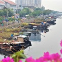 """<p> Không gian chợ hoa, cây kiểng ở Bến Bình Đông, quận 8 đã trở thành một nét văn hóa đặc sắc của người dân TP HCM từ nhiều năm nay. Từ khoảng 20 Tháng Chạp, hàng trăm tàu thuyền, ghe xuồng từ các nhà vườn miền Tây (Long An, Đồng Tháp, Bến Tre, Trà Vinh...) sẽ chở hoa kiểng theo con kênh Tàu Hủ để bán ở bến này. Khu chợ hoa xuân """"trên bến dưới thuyền"""" vì thế được hình thành, dài hơn 1 km.</p>"""
