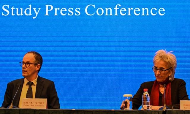 Các chuyên gia thuộc phái đoàn của WHO tại cuộc họp báo ở Vũ Hán, Trung Quốc, hôm nay. Ảnh: AFP.