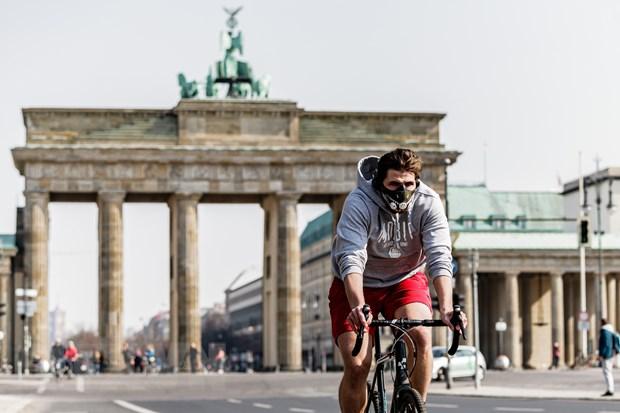 Người dân đeo khẩu trang phòng dịch COVID-19 tại Berlin, Đức ngày 28/3/2020. (Ảnh: THX/TTXVN)