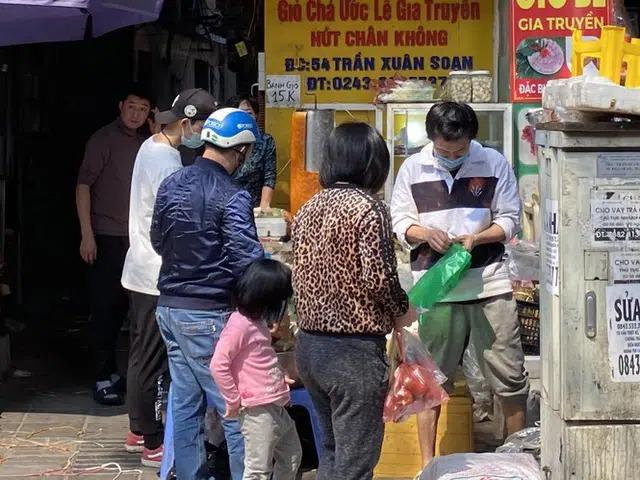 Giá nào cũng mua, khách xếp hàng chờ tới lượt. Chị Phương Quỳnh (Thanh Xuân, Hà Nội) cho biết, đến 30 Tết không thể thiếu giò chả trong mâm cơm, giá cao thấp không quá quan trọng, miễn là ăn ngon