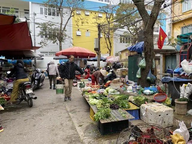 Tất bật chợ sớm, chỉ đến 9 giờ sáng, nhiều quầy trong chợ đã vãn khách, chuẩn bị dọn dẹp ra về. Một số tiểu thương cho biết sẽ bán hàng trở lại từ mùng 2,3 phục vụ khách mua đồ hoá vàng