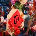 """<p class=""""Normal""""> Quang cảnh mua sắm đồ trang trí tết tại một khu chợ trong phố cổ Hà Nội, Việt Nam. Ảnh: <em>AFP.</em></p>"""