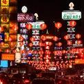 <p> Một tuyến phố rực ánh đèn tại Bangkok, Thái Lan. Ảnh: <em>Reuters.</em></p>