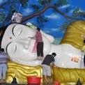 """<p class=""""Normal""""> Người dân lau tượng Phật trong một ngôi chùa ở Bogor, tỉnh West Java, Indonesia. Ảnh: <em>Reuters.</em></p>"""
