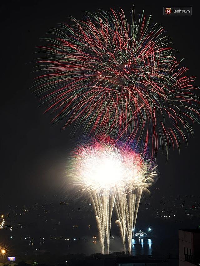 Đúng 0h thời khắc chuyển giao năm cũ 2020 sang năm mới 2021, pháo hoa đã rực sáng trên bầu trời Hà Nội