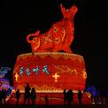 <p> Người dân tham quan mô hình trâu tại thành phố Vũ Hán, tỉnh Hồ Bắc, Trung Quốc, ngày 12/2, tức mùng 1 tết Tân Sửu.<br /><br /> Vũ Hán là nơi ghi nhận những ca nhiễm Covid-19 đầu tiên trên thế giới vào tháng 12/2019. Dịch bệnh tại thành phố hiện đã được kiểm soát, cuộc sống của người dân gần như bình thường trở lại. Ảnh: <em>AFP.</em></p>
