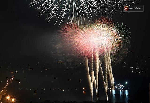 Những màn pháo hoa rực rỡ đầy sắc màu mang theo niềm tin, hy vọng của mọi người, mọi nhà về một năm mới tốt đẹp hơn