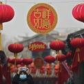 """<p class=""""Normal""""> Một tuyến phố ở Bắc Kinh, Trung Quốc, được trang trí bằng đèn lồng rực sắc đỏ. Ảnh: <em>AP.</em></p>"""