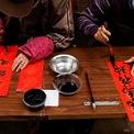 """<p class=""""Normal""""> Các quầy bán thư pháp Trung Quốc trên giấy đỏ cầu phúc tại Hong Kong, Trung Quốc. Ảnh: <em>Reuters.</em></p>"""