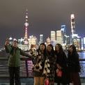 """<p class=""""Normal""""> Người dân chụp ảnh bên bến Thượng Hải, Trung Quốc. Bắc Kinh năm nay khuyến cáo người dân hạn chế đi lại dịp tết Âm lịch sau khi Trung Quốc ghi nhận nhiều ca nhiễm Covid-19 ở miền bắc. Ảnh: <em>Getty Images.</em></p>"""