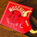 <p> Bao lì xì của Moschino trẻ trung và sáng tạo.</p>