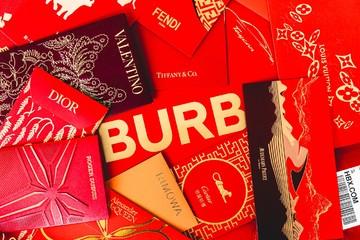 'Soi' bao lì xì của Louis Vuitton, Hermès và các thương hiệu nổi tiếng