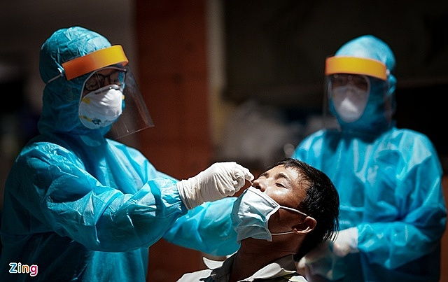 Lực lượng y tế lấy mẫu xét nghiệm cho nhân viên sân bay Tân Sơn Nhất. Ảnh: Quỳnh Danh.