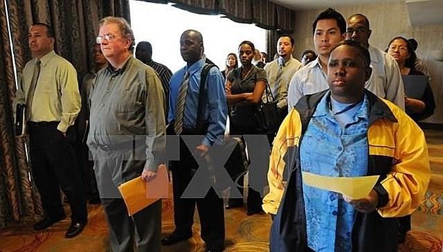 Những người thất nghiệp tìm việc làm tại Hội chợ việc làm ở Los Angeles. Ảnh: AFP/TTXVN