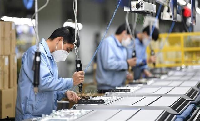 Công nhân sản xuất tại một phân xưởng của Skyworth ở Quảng Châu, thủ phủ tỉnh Quảng Đông, Trung Quốc ngày 10/2/2020. Ảnh: THX.