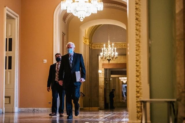 Nghị sĩ Mitch McConnell, lãnh đạo phe Cộng hòa trong Thượng viện, nói với các đồng nghiệp cùng đảng rằng ông sẽ bỏ phiếu xử vô tội cho ông Donald Trump. Ảnh: New York Times.
