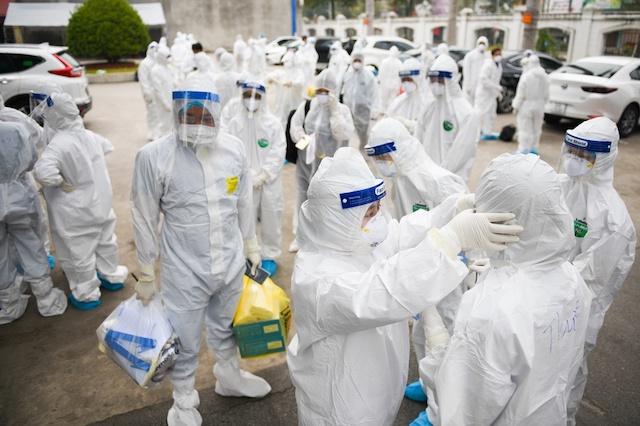 Nhân viên y tế chuẩn bị cho buổi xét nghiệm hơn 18.000 người dân ở Chí Linh, Hải Dương.
