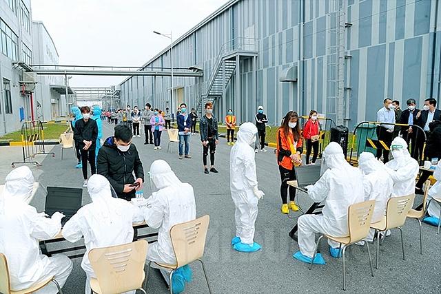 Lấy mẫu xét nghiệm cho công nhân tại Hải Dương.