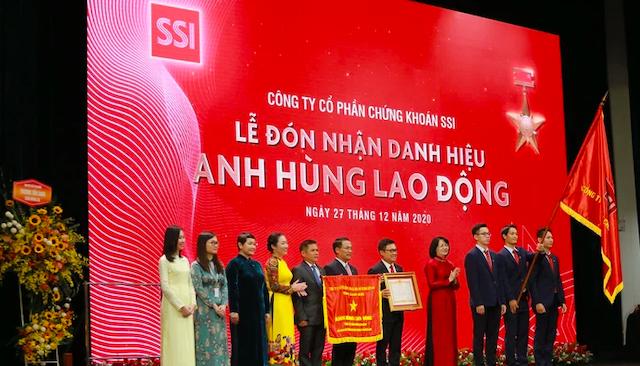Phó Chủ tịch nước Đặng Thị Ngọc Thịnh trao danh hiệu Anh hùng lao đọng thời kỳ đổi mới cho Công ty chứng khoán SSI.