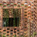 <p> Do kinh phí xây dựng rất thấp, ngôi nhà được thiết kế bằng vật liệu địa phương giá rẻ như gạch. Để giảm tiêu thụ điện của hệ thống điều hòa không khí, ngôi nhà có thể được thông gió chéo tự nhiên.</p>