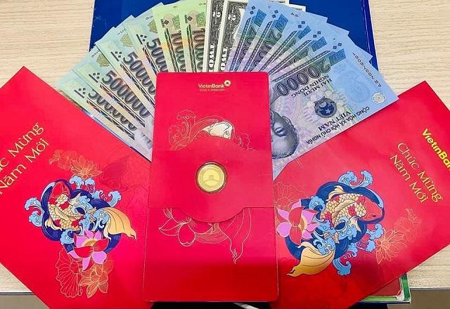 Ngân hàng VietinBank gây ấn tượng khi mừng tuổi các cán bộ, nhân viên ngân hàng mỗi người 1 chỉ vàng. Ảnh: Phương Liên.