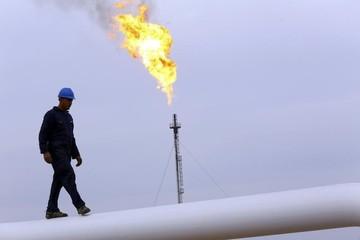 Giá dầu tăng lên gần đỉnh 13 tháng, vàng lao dốc