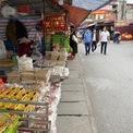 <p> Khoảng 15h chiều, lối vào chợ khá vắng vẻ.</p>