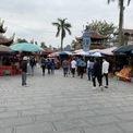 <p> Lối vào cổng chợ chính không còn cảnh đông đúc như những năm trước.</p>